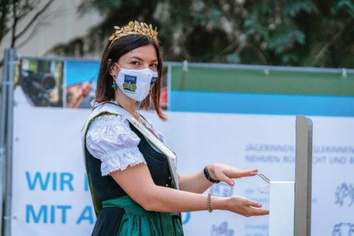 Die sächsische Weinkönigin desinfiziert sich die Hände auf der Jagd und Angeln 2020
