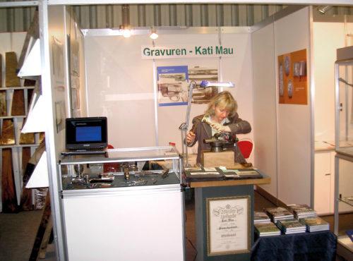 Die Graveurin Kati Mau bei der Arbeit
