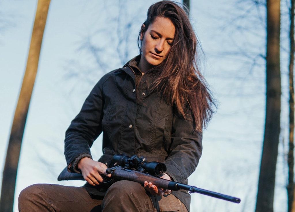 Eine Frau mit einem an ihre Bedürfnisse angepassten Jagdgewehr