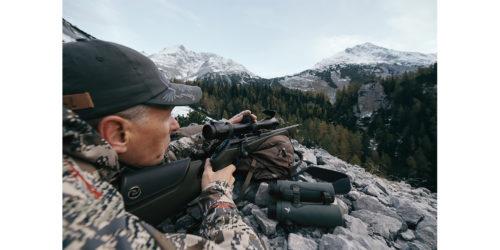 Jäger schaut durch das Zielfernrohr seiner Waffe